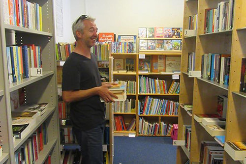 Foto van een vrijwilliger aan het werk in een Books 4 Life winkel