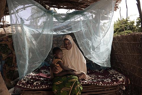 Foto van een jonge vrouw met een kind op schoot