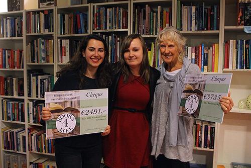 Foto van drie mensen met cheques in hun handen